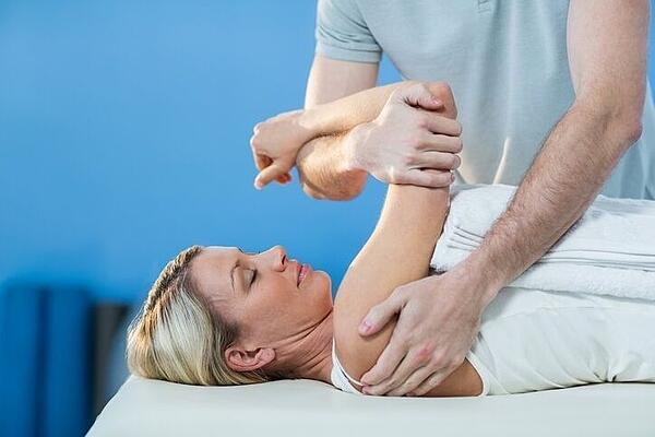 Chiropractor Treating Shoulder and Neck Injury in Alpharetta