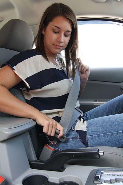 Female_driver_buckling_seatbelt