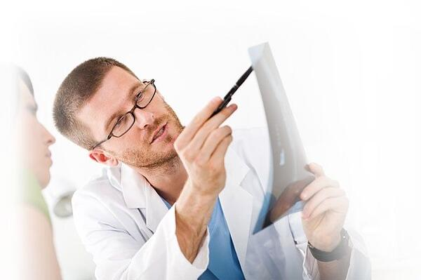 Local Brunswick, Ga Chiropractor explaining examination results to new patient