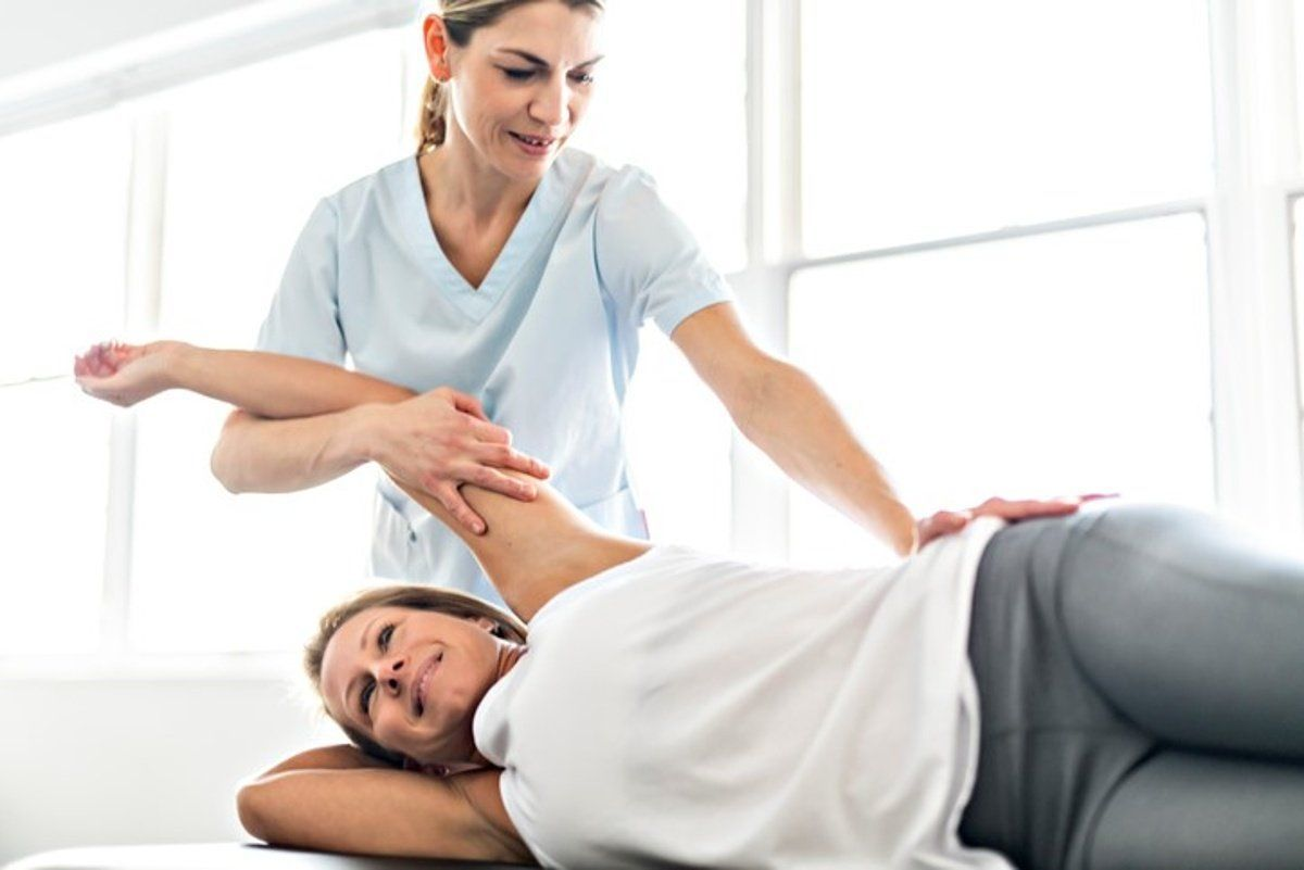 Chiropractor treating a car accident victim in Duluth, GA