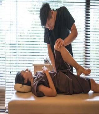 bluffton-sc-chiropractor-adjusts-paitents-hip